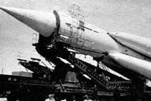 El misil I.C.B.M. R-7 es transportado hacia el foso de lanzamiento (Foto: RKK Energia)